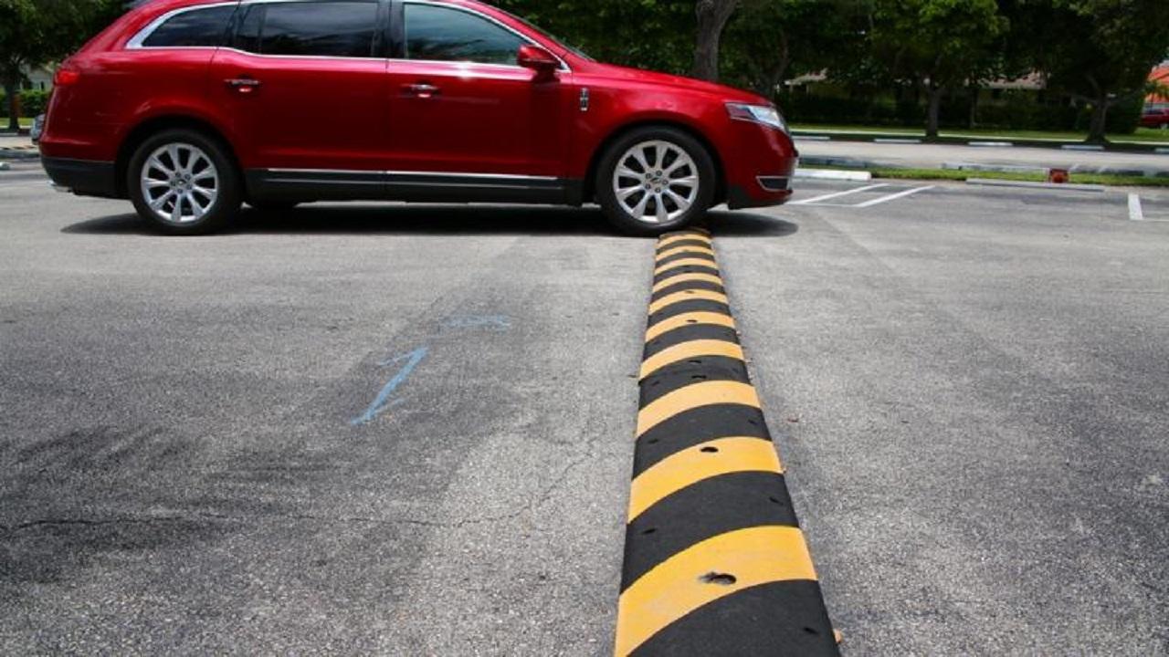 خطوات على السائق اتباعها لعبور المطبات الصناعية بأمان