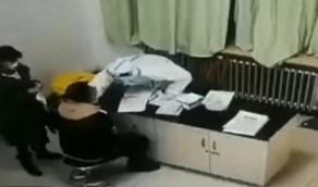 بالفيديو.. رجل يضرب ممرضة بوحشية أثناء إجراء مسحة كورونا