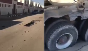 بالفيديو.. هبوط أرضي يبتلع إطارات شاحنة بأحد شوارع حفر الباطن