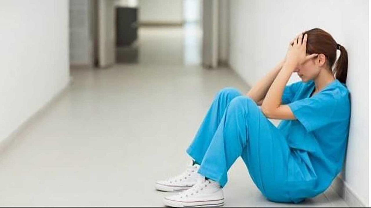 """ممرضات يسرقن مريضة مصابة بـ """"كرورنا"""""""