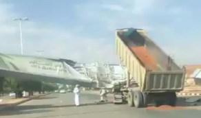 شاهد.. شاحنة تصطدم حاويتها بلوحة إعلانات في شقراء