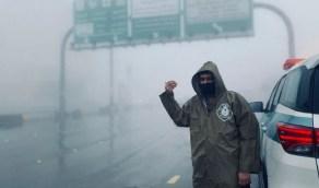 بالصور.. رجال المرور يؤدون عملهم في ظل سوء الأحوال الجوية