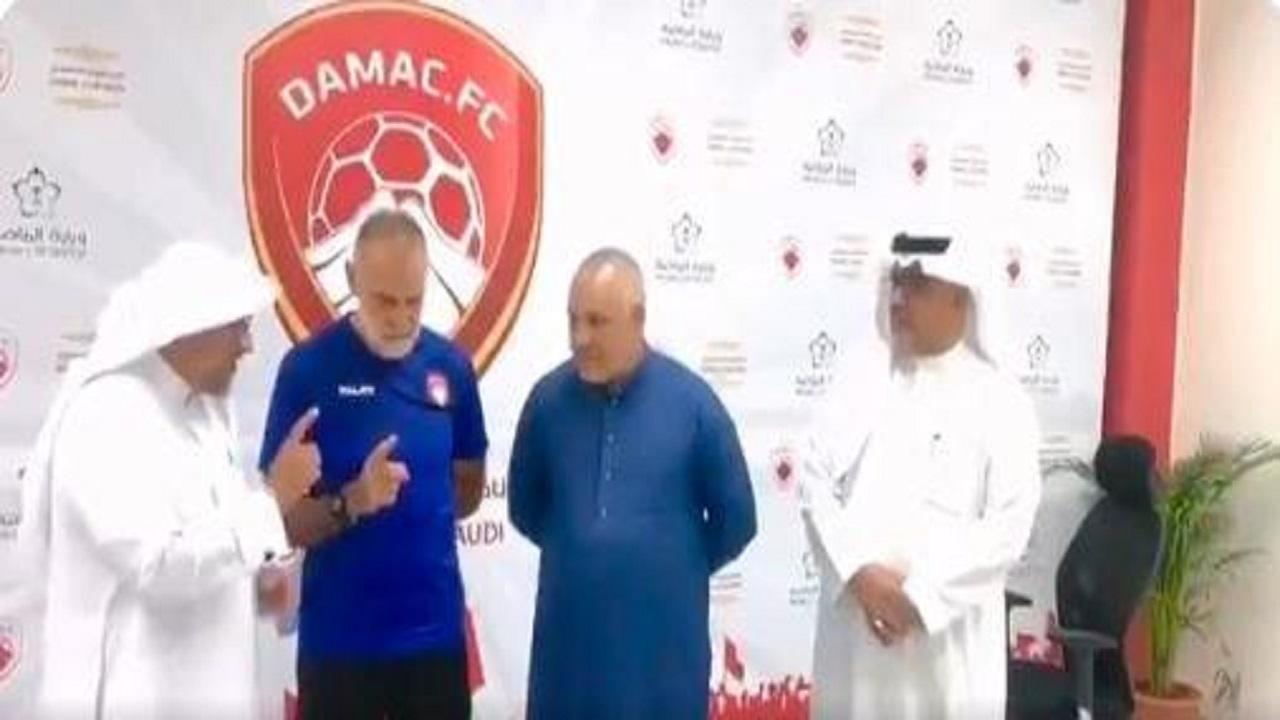 بالفيديو.. مساعد مدرب ضمك يُشهر إسلامه ويغير اسمه