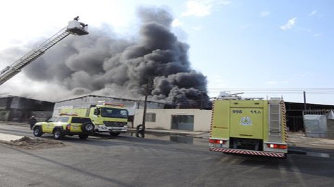 اندلاع حريق في مستودع للأسفنج والأثات بنجران