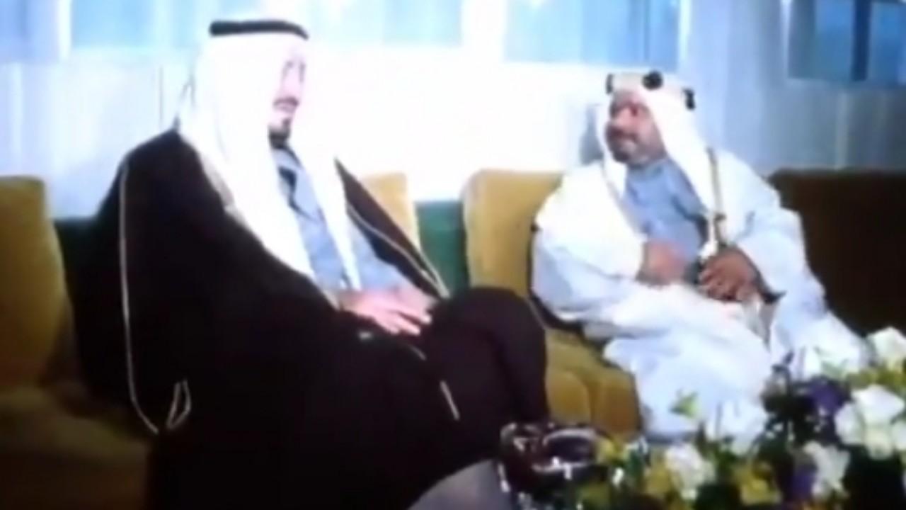 فيديو نادر للملك خالد يتابع هطول الأمطار من النافذة