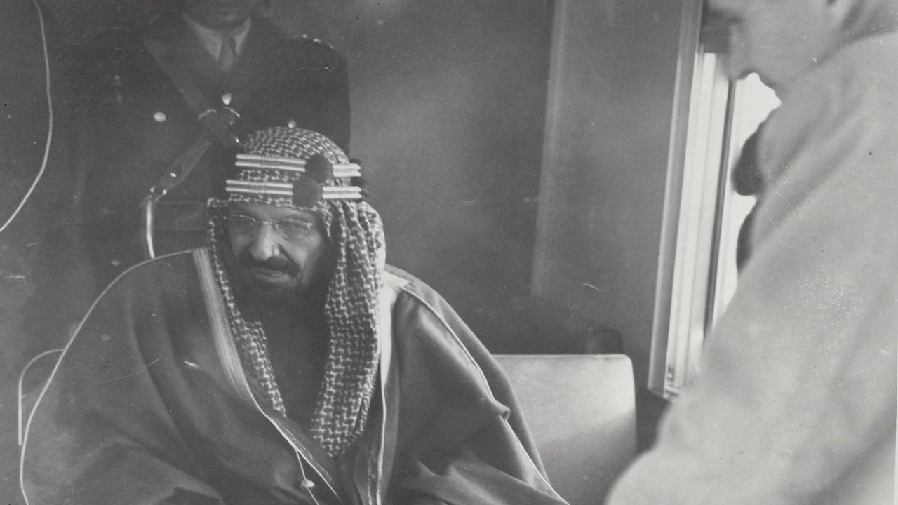 صور نادرة تظهر الملك عبد العزيز في حفل افتتاح خط سكة الحديد بالرياض