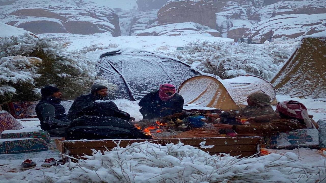 شاهد..أجواء رائعة وسط الثلوج في تبوك