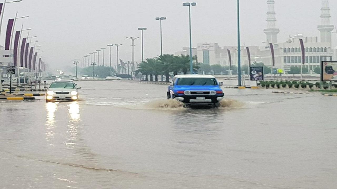 بالفيديو.. مياه الأمطار تغرق بعض طرق حفر الباطن