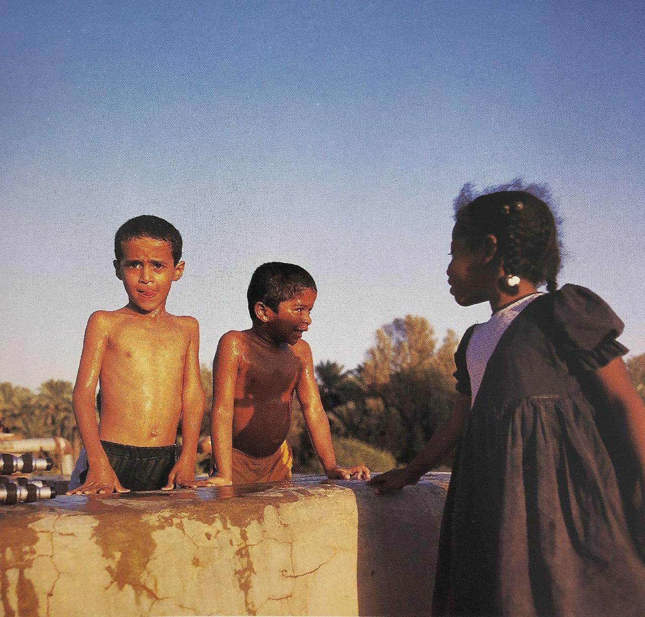 أطفال يسبحون بإحدى المزارع قرب الرياض عام 1411هـ