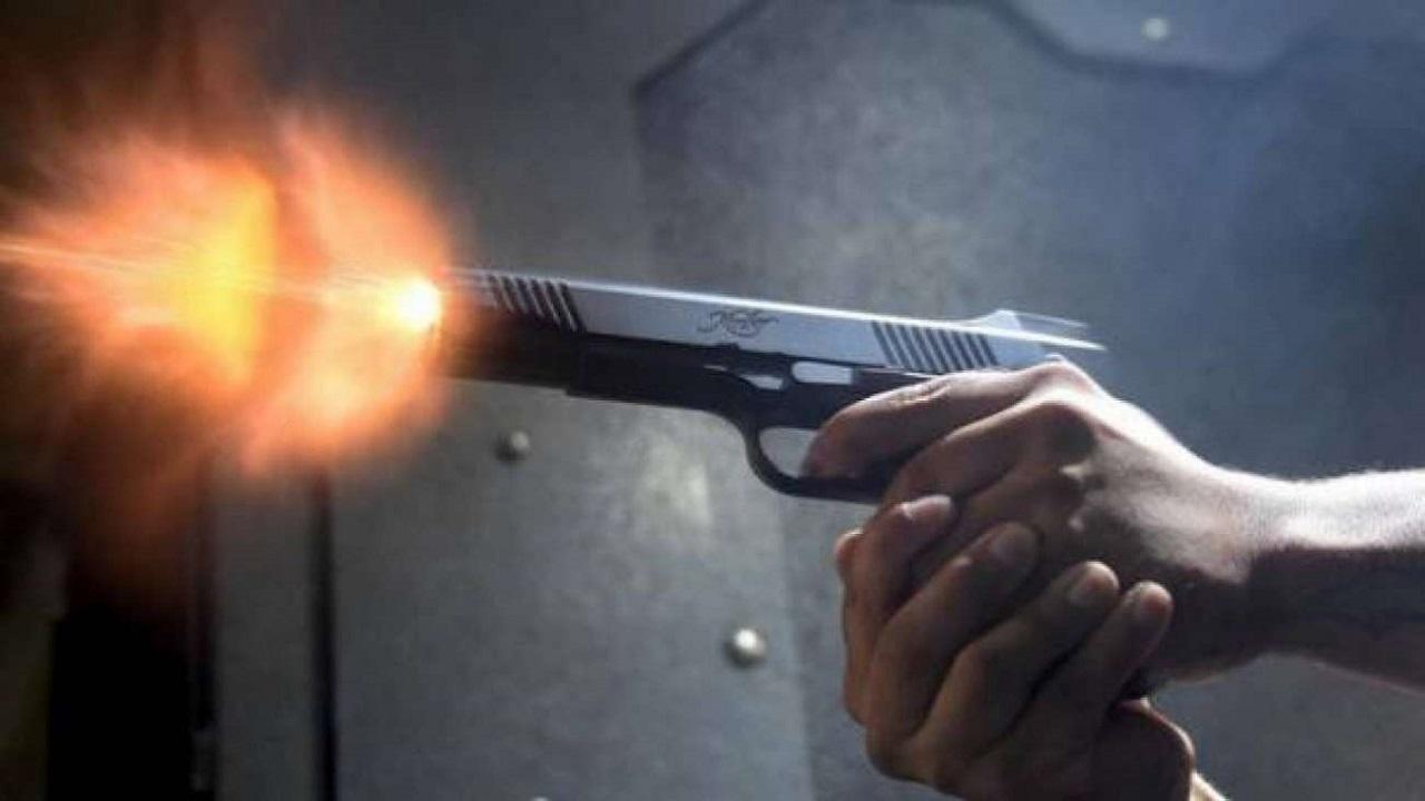 رجل يطلق النار في وجه زوجته