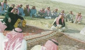 صورة نادرة تجمع الملك فهد والملك سلمان قبل تولي الحكم في أجواء ربيعية بالرياض