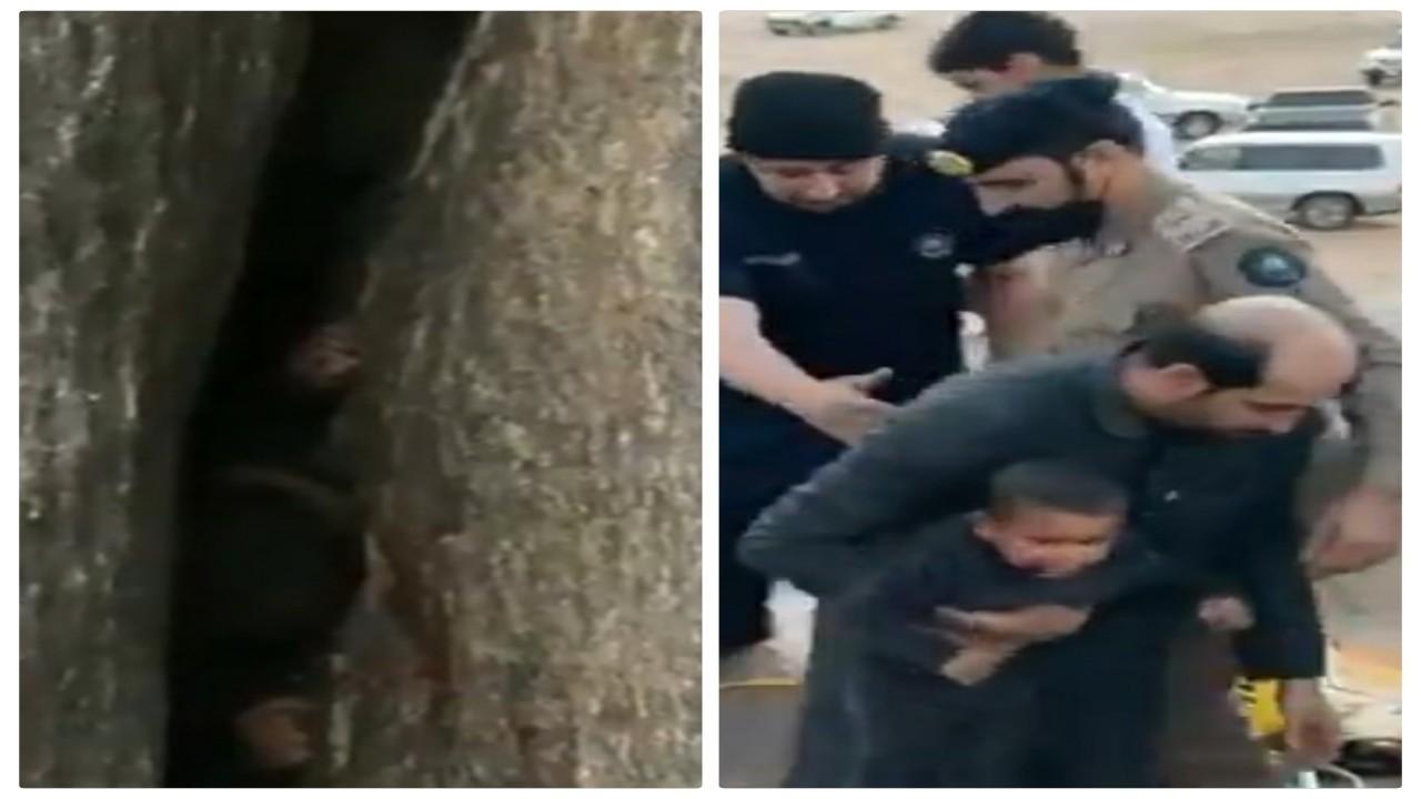 شاهد.. سقوط مرعب لطفل بين الصخور في جبل بحائل والدفاع المدني يتدخل