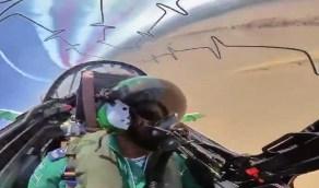 شاهد.. طائرة لفريق الصقور السعودية تقدم عرض جوي بطريقة احترافية