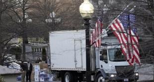 شاهد.. إيفانكا تخطف الأنظار أثناء نقل أغراض ترامب من البيت الأبيض