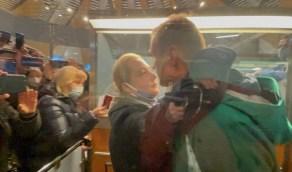 بالفيديو والصور.. المعارض الروسي نافالني يودع زوجتة قبل اعتقاله