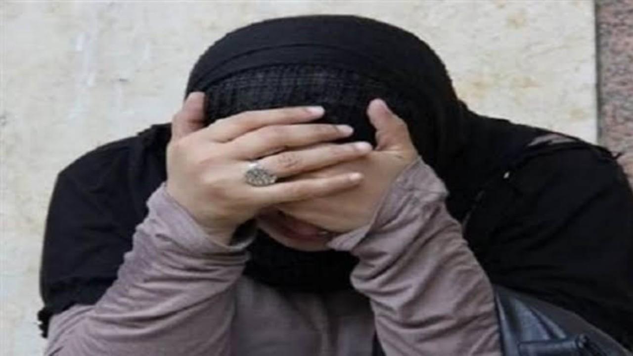رجل يضرب زوجته عارية أمام طفلتيها
