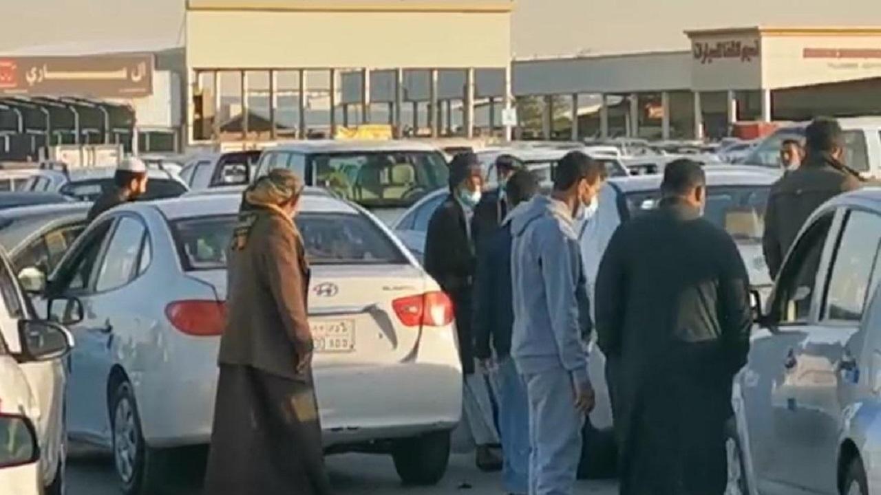 بالفيديو.. سيطرة كاملة للعمالة الوافدة على معارض السيارات في حي الشفا