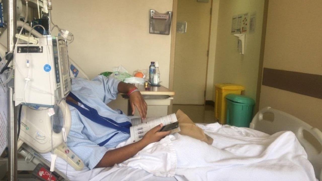 طالب مريض بالسرطان يتابع دروسه على منصة مدرستي أثناء العلاج