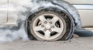 التصرف الصحيح عند إنفجار إطار السيارة فجأة على الطريق