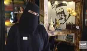 """بالفيديو.. مواطنة تفتتح مقهى يحمل تفاصيل """"طلال مداح"""" في تبوك"""