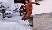 بالفيديو.. أب يشجع طفليه على القفز من الطابق الثاني