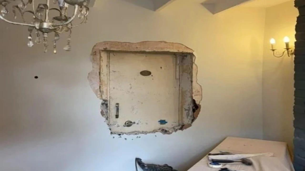 بالصور.. رجل يكتشف بابًا سريًا في منزله المسكون