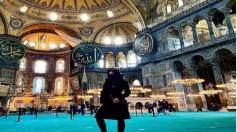 بالصورة..ممثلة إباحية بالنقاب داخل مسجد أيا صوفيا بتركيا