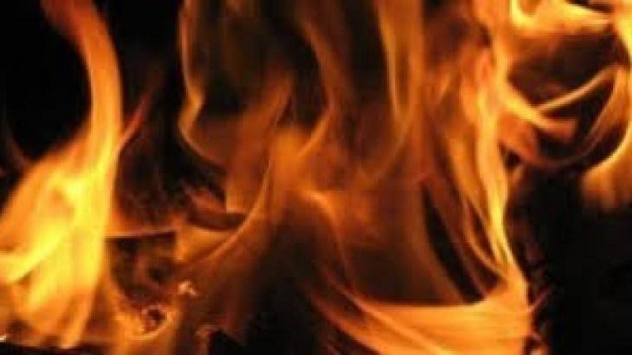 رجل يشعل النيران في جسد آخر لشكه في علاقته بطليقته