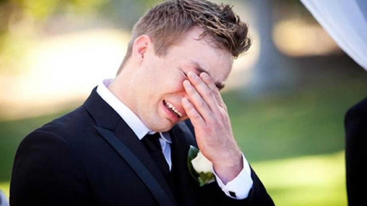 عريس يحضر حفل زفافه بمفرده بسبب فستان العروس