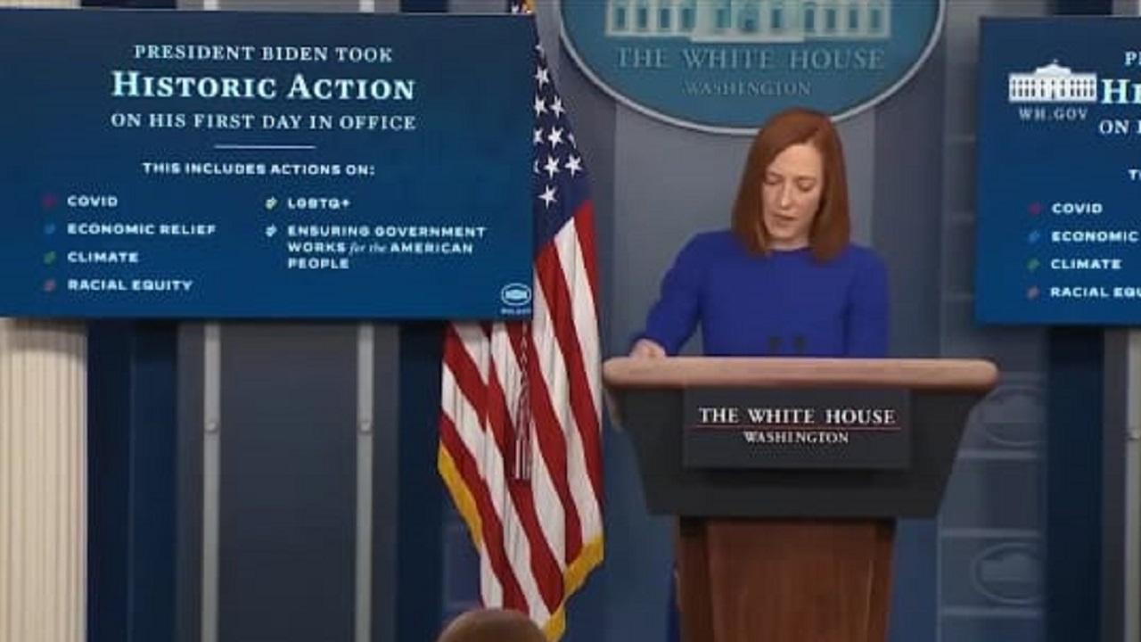 """بالفيديو.. متحدثة البيت الأبيض ترتكب خطأ فادح في اسم """" بايدن """" على الهواء"""