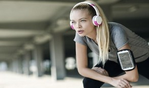 تحذير: حمل الجوال على الذراع أثناء الرياضة يسبب أضرار خطيرة