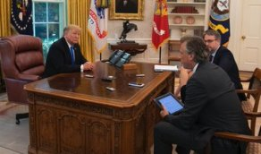 """بالصور.. بايدن يتخلى عن """"زر ترامب الأحمر"""""""