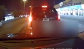 بالفيديو.. لحظة مطاردة فتاة من جانب قائد مركبة على أحد طرق المملكة