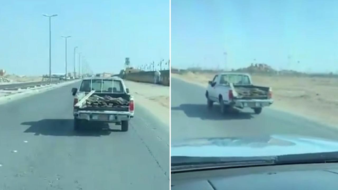 بالفيديو.. قائد مركبة يتسبب في تناثر أخشاب على أحد طرق المملكة