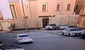 بالفيديو.. قائد سيارة يمارس التفحيط ويصدم مركبة متوقفة ويفر هاربًا