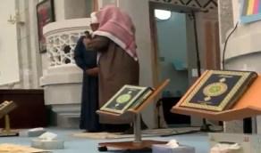 شاهد.. إمام مسجد يقبل رأس آسيوي أشهر دخوله للإسلام