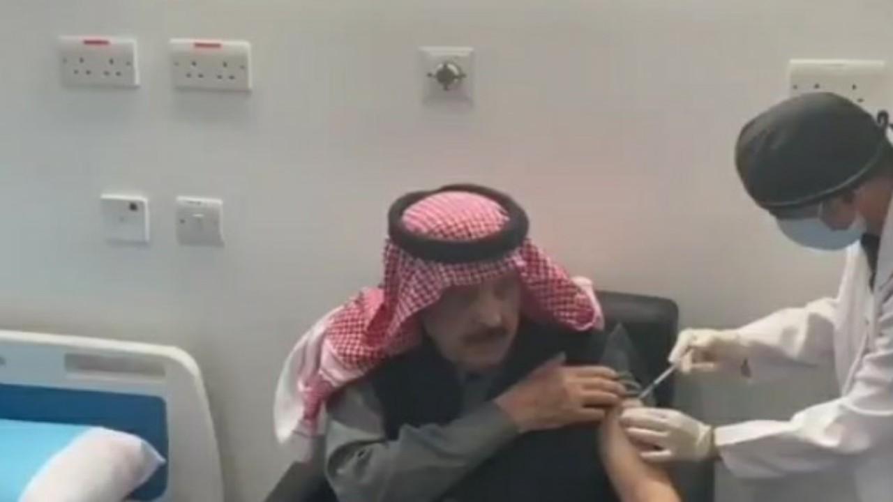 شاهد.. لحظة تلقيالأمير عبدالإله بن عبدالعزيز لقاح كورونا