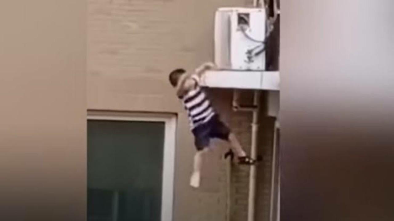 التحقيق في واقعة مصرع طفل سقط من شرفة منزله بمكة