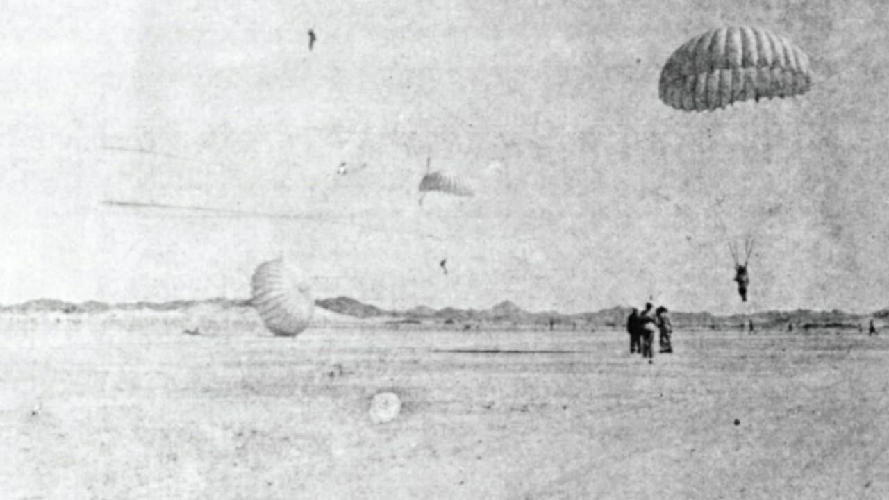 شاهد.. صورة تاريخية لأحد التدريبات في الرياض لسلاح المظلات بالجيش السعودي