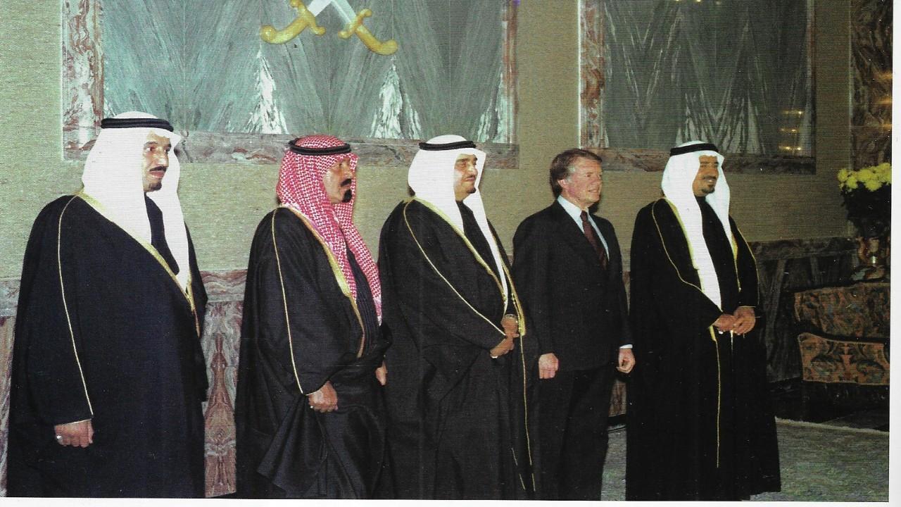 شاهد.. صورة نادرة لخادم الحرمين والملك خالد أثناء استقبال جيمي كارتر في مطار الرياض