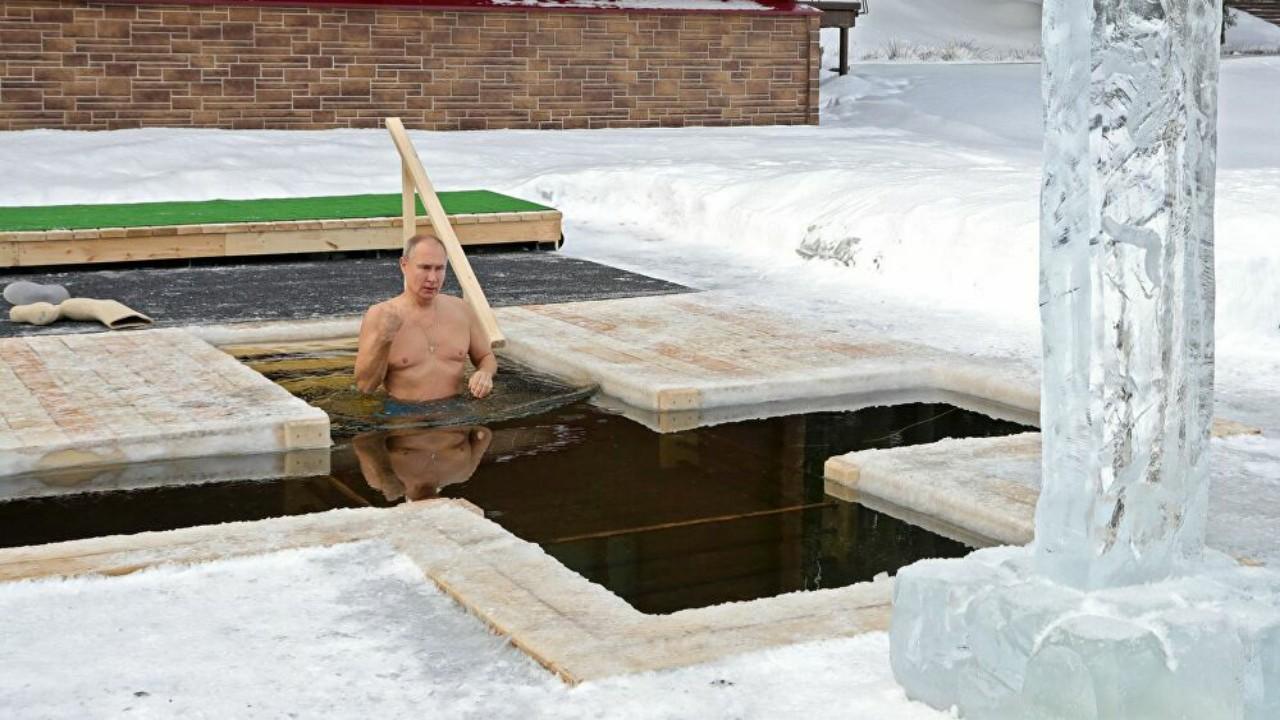 شاهد.. بوتين يحتفل بعيد الغطاس في بحيرة جليدية على طريقته الخاصة