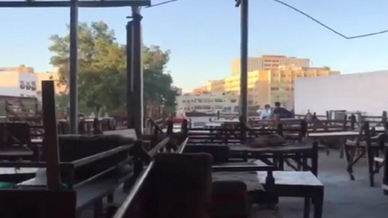 بالفيديو.. أقدم مقهى شعبي في جدة يحتفظ بتقاليده وأثاثه البسيط منذ عقود