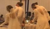 بالفيديو.. ردة فعل مفاجئة من عريس وضعت زوجته التورتة على وجهه