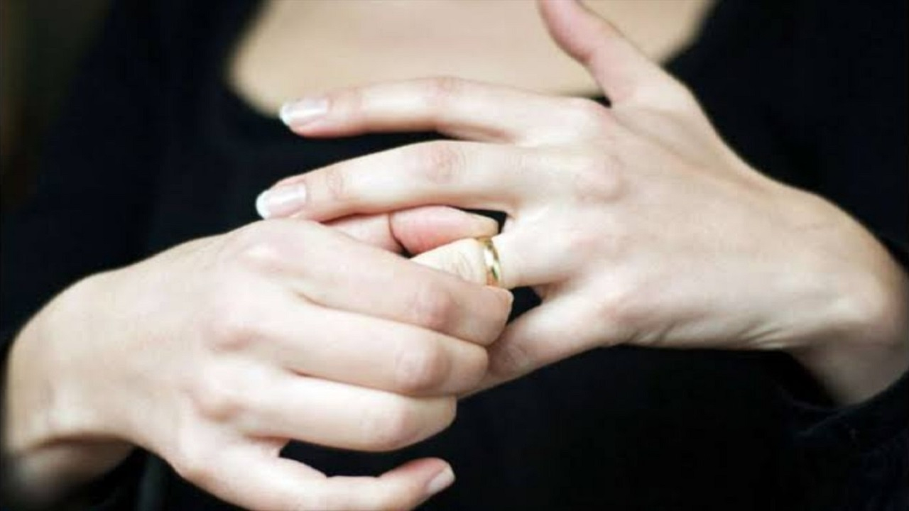 امرأة ترفع دعوى خلع من زوجها بعدما سمعته يذكر اسم عشيقته أثناء نومه