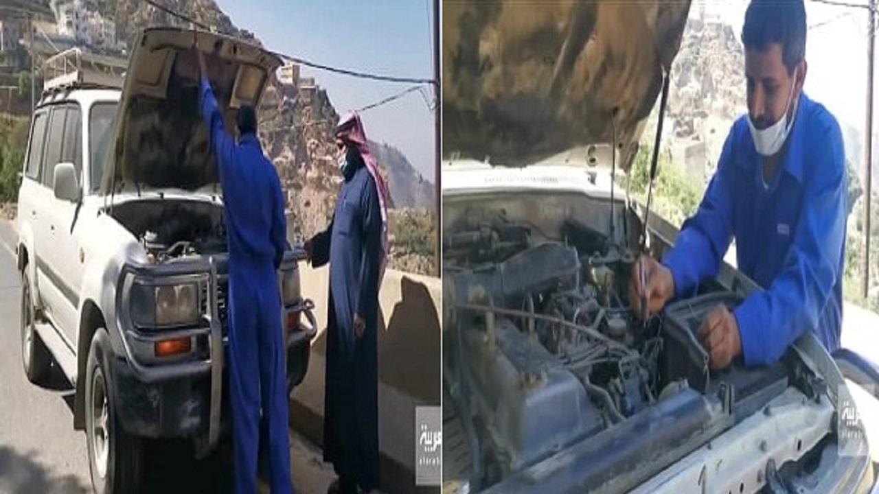 بالفيديو.. مواطن يصلح سيارات السياح والعابرين في مرتفعات جازان
