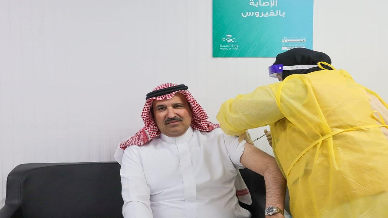 بالفيديو.. أمير المدينة المنورة يتلقى الجرعة الأولى من لقاح كورونا