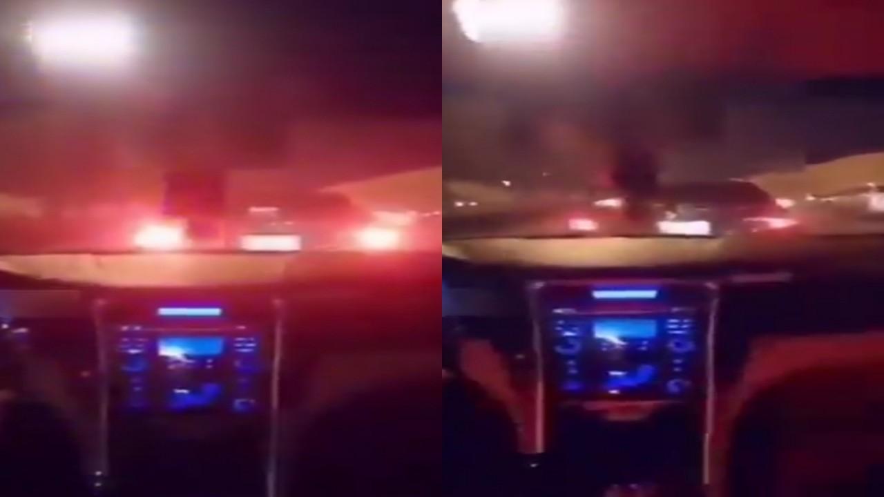 بالفيديو.. رصد مركبة تستخدم تجهيزات سيارات الأمن بالرياض