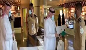 بالفيديو.. وزير الصحة يفاجئ حارس أمن بهدية ورسالة لطيفة أثناء عمله