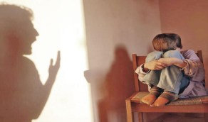 ذكاء عاملة مطعم ينقذ طفلًا من قسوة والديه