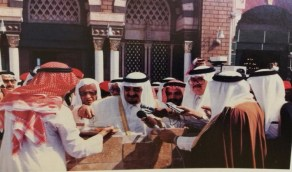 صورة نادرة للملك فهد خلال وضع حجر الأساس لتوسعة الحرم النبوي